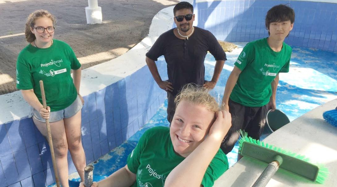 メキシコでウミガメの水槽の清掃にあたる高校生ボランティアたち